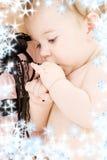 behandla som ett barn den clean handmodern för pojken Arkivbild