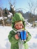 Behandla som ett barn den dricka varma drycken Arkivfoton