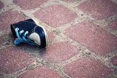 behandla som ett barn den förlorade skon Royaltyfri Bild