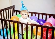 Behandla som ett barn den första födelsedagen arkivbilder