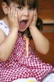 behandla som ett barn den förvånade flickan fotografering för bildbyråer