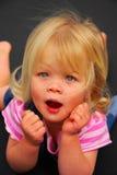 behandla som ett barn den förvånade flickan Royaltyfria Foton