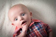 behandla som ett barn den förvånade pojken Fotografering för Bildbyråer