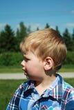 behandla som ett barn den förvånade pojkeyttersidan Royaltyfri Foto