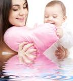 behandla som ett barn den formade hjärtamamakudden Royaltyfri Foto