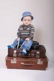 behandla som ett barn den gammala sittande resväskan Fotografering för Bildbyråer