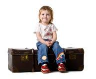 behandla som ett barn den gammala sittande resväskan Royaltyfria Foton