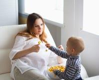 behandla som ett barn den gravida modern Royaltyfri Fotografi