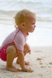 Behandla som ett barn den gripande sanden Fotografering för Bildbyråer