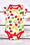 Behandla som ett barn den gulliga bodysuiten för frukttrycket Arkivbild