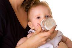 behandla som ett barn den gulliga drinken mjölkar Royaltyfri Bild