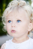 behandla som ett barn den gulliga flickan Royaltyfri Bild