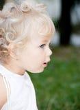 behandla som ett barn den gulliga flickan Arkivfoton