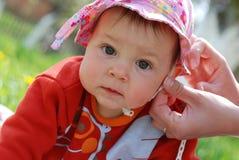 behandla som ett barn den gulliga flickan Royaltyfri Fotografi