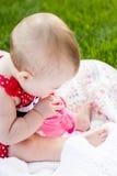 behandla som ett barn den gulliga flickan Royaltyfria Foton
