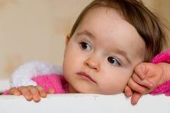 behandla som ett barn den gulliga flickan Fotografering för Bildbyråer