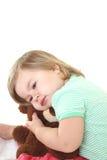 behandla som ett barn den gulliga flickan för björnen henne nallen Royaltyfri Foto