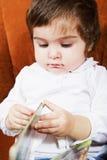 behandla som ett barn den gulliga flickan för boken Fotografering för Bildbyråer