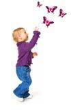 behandla som ett barn den gulliga flickan för fjärilar Fotografering för Bildbyråer