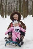behandla som ett barn den gulliga flickan henne äldre syster Arkivbilder