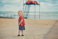 Behandla som ett barn den gulliga flickan med äpplekinden för blont hår som och rosa färgtycker om ferie för sommartid som mycket Royaltyfria Foton