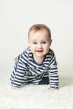 behandla som ett barn den gulliga flickan Småbarn som bär den randiga T-tröja Royaltyfria Bilder