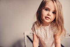 behandla som ett barn den gulliga flickautgångspunkten Arkivfoto