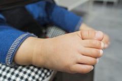behandla som ett barn den gulliga foten arkivfoton
