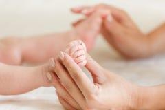 Behandla som ett barn den gulliga foten för massage av Royaltyfri Fotografi