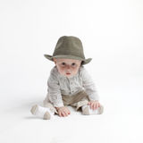 behandla som ett barn den gulliga hatten arkivbild