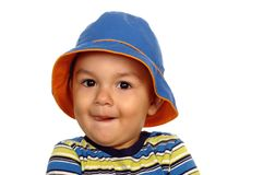 behandla som ett barn den gulliga hatten för pojken Arkivbild