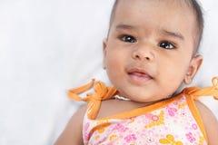 behandla som ett barn den gulliga indier Arkivbild