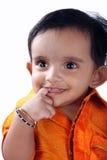 behandla som ett barn den gulliga indier arkivbilder