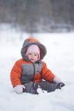 behandla som ett barn den gulliga nya parken sitter snow Royaltyfria Foton