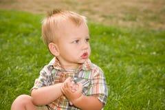 behandla som ett barn den gulliga pojken Royaltyfri Bild
