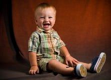 behandla som ett barn den gulliga pojken Royaltyfri Fotografi