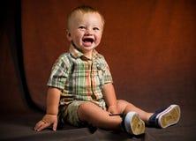 behandla som ett barn den gulliga pojken Arkivbild