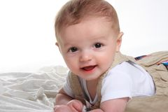 behandla som ett barn den gulliga pojken royaltyfria foton