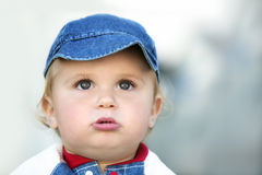 behandla som ett barn den gulliga pojken Arkivbilder