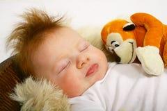 behandla som ett barn den gulliga redheaden Royaltyfri Fotografi