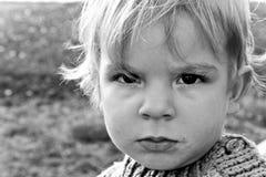 behandla som ett barn den gulliga ståenden för pojken Royaltyfria Bilder