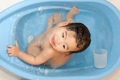 behandla som ett barn den gulliga tyckande om flickan för badet henne Royaltyfria Foton