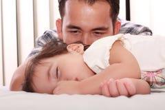 behandla som ett barn den härliga fadern hans watch Royaltyfri Bild