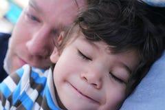behandla som ett barn den härliga pojken ta sig en tupplur klart Arkivfoton