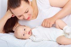 Behandla som ett barn den hållande sötsaken för modern flickan Behandla som ett barn barnet, mamma Royaltyfri Bild