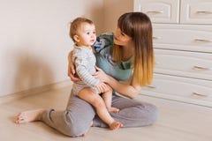 Behandla som ett barn den hållande sötsaken för modern pojken Arkivfoton