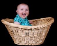 behandla som ett barn den isolerade korgflickan sitta sött vide- Arkivfoto