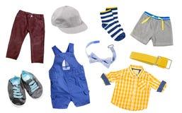 Behandla som ett barn den isolerade pojkekläderuppsättningen Dräkt för barn` s Arkivfoto