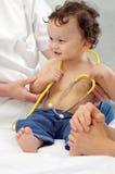 behandla som ett barn den joyful doktorn Royaltyfria Bilder