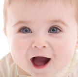 behandla som ett barn den joyful ståenden för blåa pojkeögon Arkivfoto